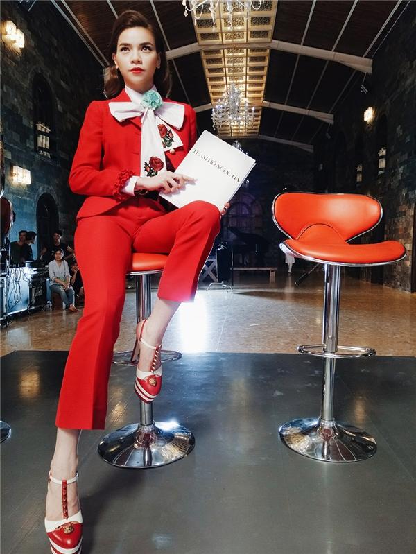 Trong tập phát sóng đầu tiên, nữ giám khảo diện bộ cánh màu đỏ cam nổi bật của một thương hiệu đình đám thế giới. Kiểu trang điểm nhẹ nhàng mang hơi thở cổ điển càng giúp Hồ Ngọc Hà trở nên thu hút hơn.