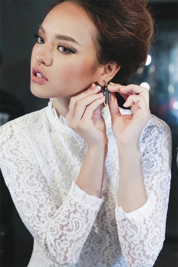 """Sau An Nguy, Quỳnh Mai cũng là cái tên """"đáng gờm"""" trong mùa đầu tiên của The Face Vietnam. Trước đó, nữ người mẫu được khán giả chú ý khi tham gia Asia's Next Top Model 2016 và tạo được nhiều dấu ấn. Với những phát ngôn thẳng thắng, bộc trực, Quỳnh Mai luôn trở thành đề tài mổ xẻ của dư luận. Trước khi bước vào chương trình, cô còn thẳng thừng tuyên bố sẽ không về đội Phạm Hương bởi """"cô ấy chẳng có gì đáng học hỏi""""."""