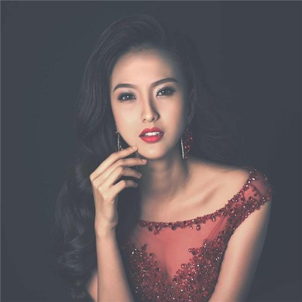 Kim Chi(trên)và Đỗ Trần Khánh Ngân (dưới)cùng được biết đến khi tham gia Hoa hậu Hoàn vũ Việt Nam 2015. Gương mặt với những đường nét ngọt ngào nhưng vô cùng sắc sảo chính là điểm cộng lớn cho hai cô gái này.