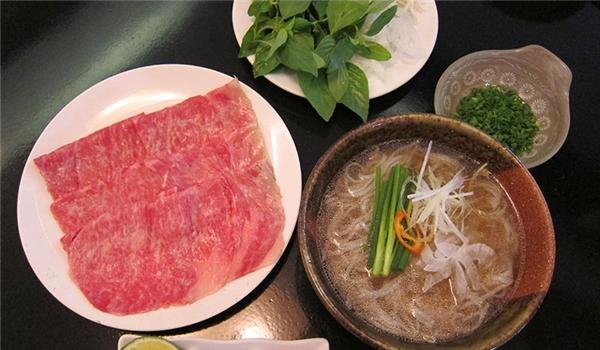 ... và khi du nhập vào Việt Nam, ta có cảmón phở bò tái Kobe. (Ảnh: Internet)