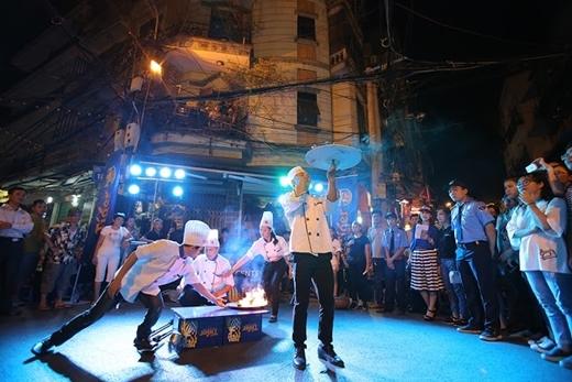 Các tiết mục được đầu tư hoành tráng dẫn dắt người tham dự qua từng vẻ đẹp của ẩm thực đường phố được cảm nhận lần lượt qua các giác quan, từ đó khơi dậy niềm tự hào về ẩm thực đường phố Việt.