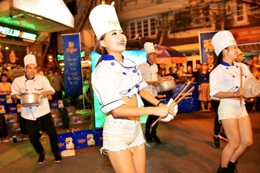 Các vũ công Tiger Beer khiến người xem thích thú khi kết hợp những vũ điệu đường phố hiện đại, sốngđộng với nhạc cụ là đũa, xoong tái hiện sự sôi động của khung cảnh bếp...