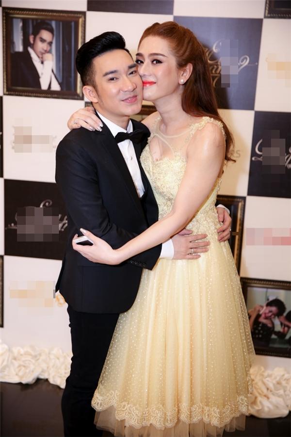 Quang Hà và Lâm Chí Khanh không ngại ngần thân mật ngay trước báo giới.