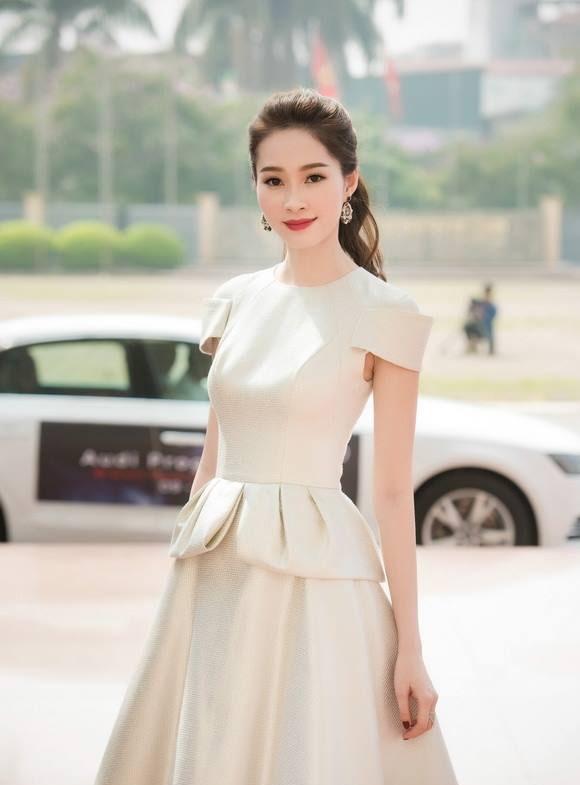 Tại buổi tiệc ban ngày, Hoa hậu Việt Nam 2012 lại mang đến hình ảnh cổ điển, thanh lịch với áo peplum cách điệu kết hợp chân váy xòe điệu đà. Thiết kế với tông màu nhã nhặn, ngọt ngào càng giúp Thu Thảo thu hút mọi ánh nhìn. Được biết đây là những thiết kế của Lê Thanh Hòa - người anh, người bạn đồng hành thân thiết của Thu Thảo trong suốt những năm qua.