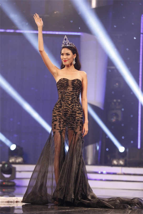 Lan Khuê diện váy xuyên thấu tinh tế khi phối cùng bodysuit màu da bên trong. Sắc đen mang đến vẻ ngoài quyền lực, mạnh mẽ cho Top 11 Hoa hậu Thế giới 2015.