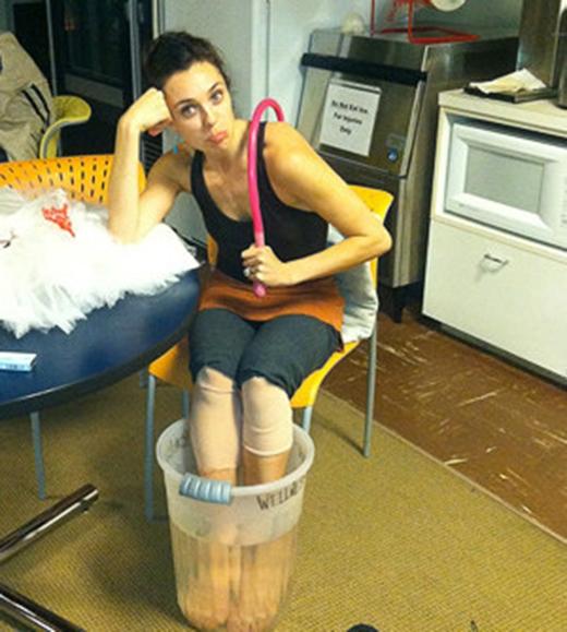 Cũng như những môn thể thao khác, mua ba-lê có thể làm bạn bị chấn thương. Nếu bạn là một vũ công, chắc hẳn bạn đã phải nhiều lần ngâm cái chân đau vào nước lạnh kiểu này. (Ảnh: Internet)