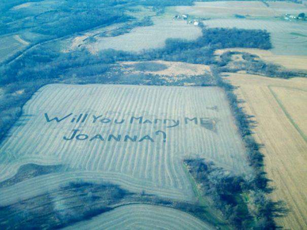 Chàng nông dân chăm chỉ, chịu khó này đã dùng cánh đồng của mình để gửi lời cầu hôn... khá to đến bạn gái.