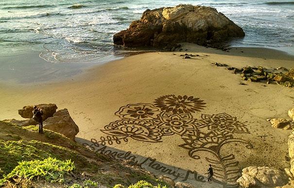 Chàng họa sĩ đã tận dụng bãi biển Ocean ở San Francisco cùng hoa tay của mình để cầu hôn bạn gái.