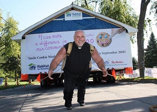 Vị linh mục còn có thểkéo ngôi nhà nặng 40 tấn di chuyển đi băng băng. (Ảnh: Internet)