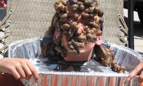 Cậu bé Fin Keleher 11 tuổi đến từ Utah, Mỹ đã xác lập kỉ lục người có số lượng ốc sên lớn nhất đậu trên mặt. Cụ thể, vào sinh nhật lần thứ 11 của mình, cậu đã cùng mọi người thi nhau bỏ ốc sên lên mặt, và cậu đã giữ 43 con ốc sên lên mặt trong vòng 10 giây. (Ảnh: Internet)