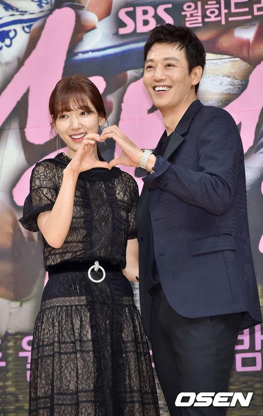 Park Shin Hye e thẹn nép sau Kim Rae Won