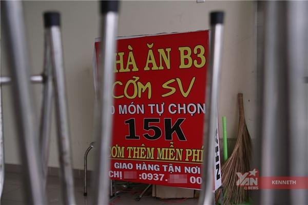 Biển hiệu quảng cáo của nhà ăn với giá cơm chỉ 15 ngàn đồng.