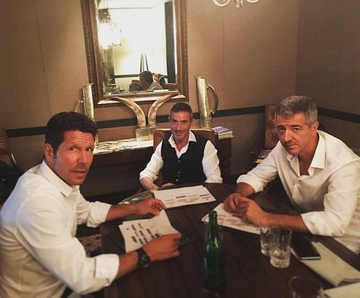 Hình ảnh về buổi kí hợp đồng của HLV Simeoneđược đăng tải trên Twitter