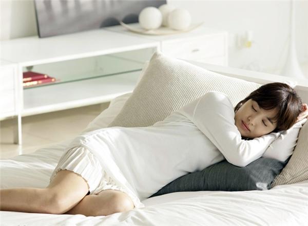 Bạn nên ngủ tư thế thoải mái nhất và tránh nằm quá nghiêng hay nằm xấp. (Ảnh: Internet)
