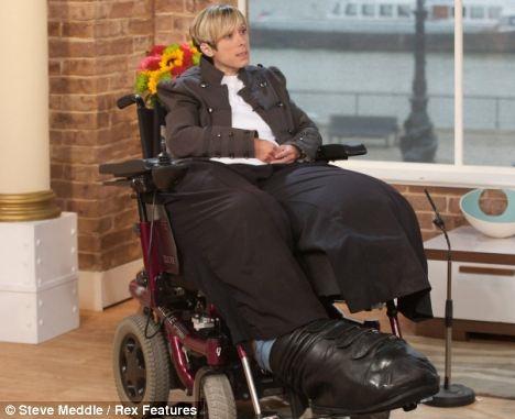 Mandy Sellars, 36 tuổi, mắc phải một chứng bệnh hiếm gặp khiến đôi chân của cô phồng to như chân của người khổng lồ. Đôi chân nặng 95kg, trong khi toàn thân chỉ nặng có 127kg. (Ảnh: Internet)