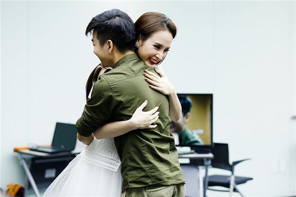 Ngoài thoải mái diễn xuất chung, Angela Phương Trinh cũng không ngại thể hiện cảnh tình cảm như trong kịch bản.
