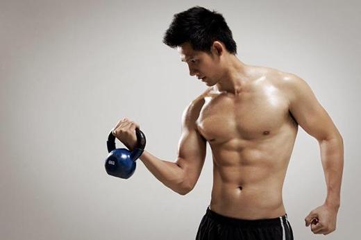 Nếu cánh tay khi nâng tạ run quá nhiều hoặc xuất hiện cảm giác không thể trụ vững thì đó là những dấu hiệu cho thấy cơ bắp đang suy yếu. (Ảnh: Internet)