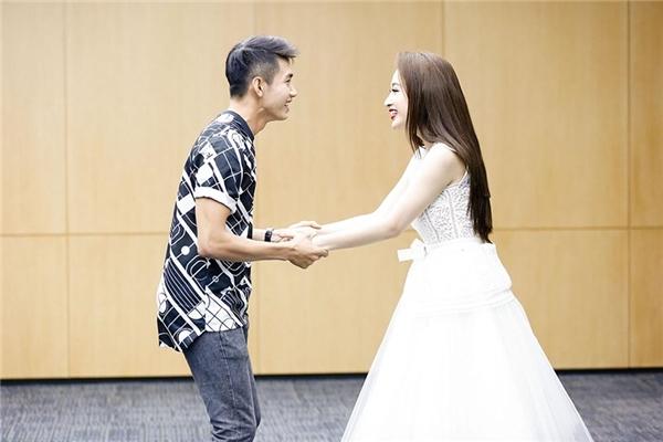 Không chỉ phỏng vấn, kiểm tra kĩ năng diễn xuất bằng cácphân đoạn cụ thể, Angela Phương Trinh và ê-kíp còn đưa ra những câu chuyện ngẫu hứng để thử khả năng ứng biến tình huống của từng diễn viên.