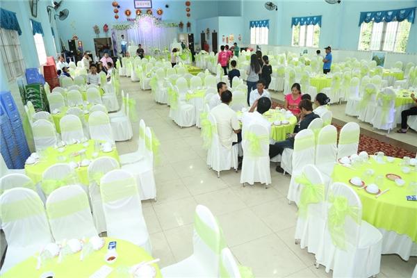 Phía sân khấu được trang trí bởi những lẵng hoa trắng - xanh lá để tạo điểm nhấn - Tin sao Viet - Tin tuc sao Viet - Scandal sao Viet - Tin tuc cua Sao - Tin cua Sao