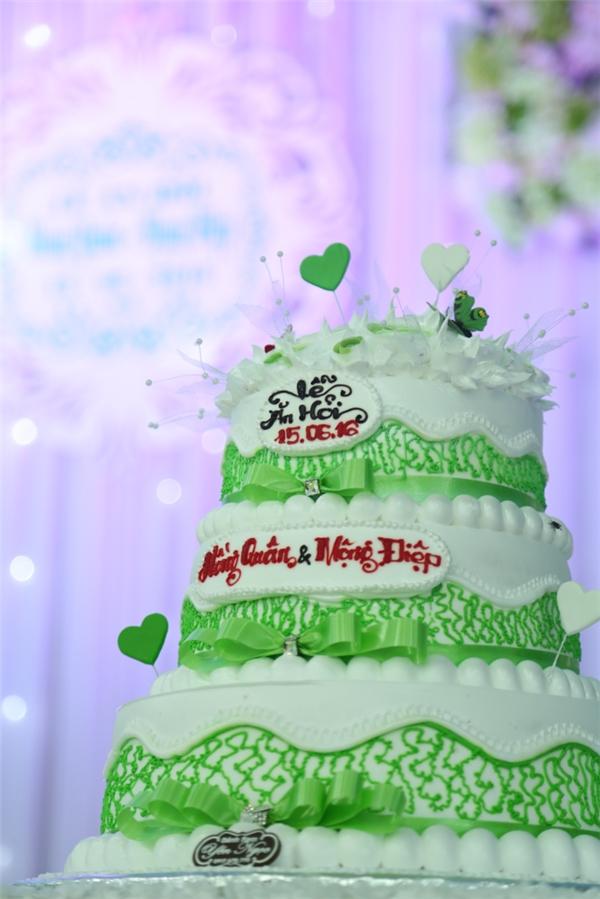 Bánh kem được trang trí với màu xanh lá - trắng chủ đạo - Tin sao Viet - Tin tuc sao Viet - Scandal sao Viet - Tin tuc cua Sao - Tin cua Sao