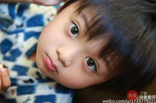 Gương mặt bầu bĩnh và đôi mắt to tròn của cậu bé vô cùng đáng yêu.
