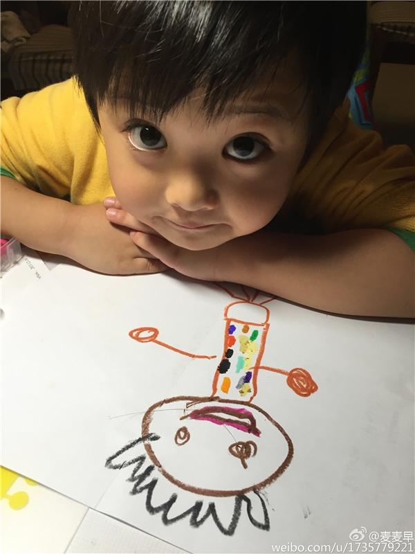 Từ nhỏ cậu bé đã bộc lộ các khả năng nghệ thuật.