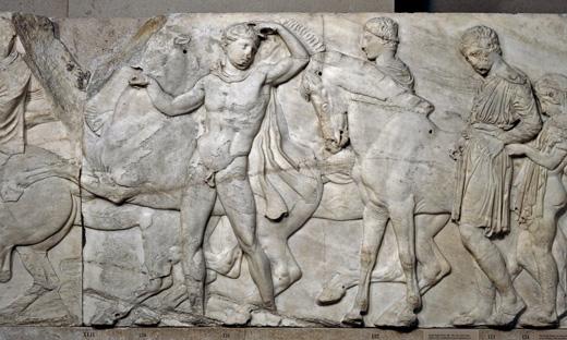 Một bức phù điêu khắc họa cảnh nghi lễ mừng sinh nhật nữ thần Athenavới hình ảnh một chàng trai chạy đến đền thờParthenon mà không có mảnh vải nào trên người.