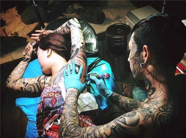 Hành động xăm hình quanh ngực của T.L đã từng bị dân mạng ném đá dữ dội vì không phù hợp với thuần phong mỹ tục của người Việt Nam. (Ảnh: Internet)