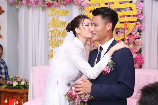 Người đẹp Vĩnh Châu cũng dành tặng ông xã tương lai nụ hôn ngọt ngào trong ngày hạnh phúc của cả hai. - Tin sao Viet - Tin tuc sao Viet - Scandal sao Viet - Tin tuc cua Sao - Tin cua Sao