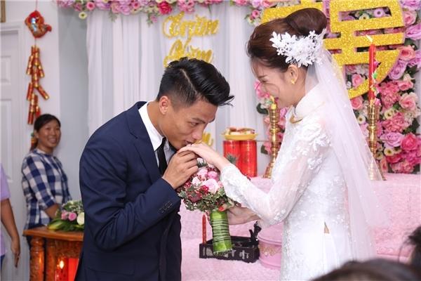Mạc Hồng Quân cẩn thận đeo nhẫn đính hôn cho vợ tương lai và nhẹ nhàng đặt nụ hôn ngọt ngào lên tay cô. - Tin sao Viet - Tin tuc sao Viet - Scandal sao Viet - Tin tuc cua Sao - Tin cua Sao