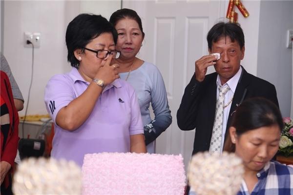 Bố Kỳ Hân cũng rơi nước mắt khi chứng kiến hạnh phúc của con gái. - Tin sao Viet - Tin tuc sao Viet - Scandal sao Viet - Tin tuc cua Sao - Tin cua Sao