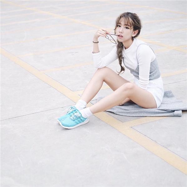 Streetstyle của Min ngày càng độc đáo và phá cách hơn xưa. Cô nàng gây chú ý khi mix áo hai dây ra ngoài váy liền dài tay cùng giày thể thao năng động.