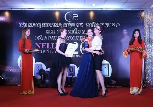 Á Khôi Phương Suri nổi bật trong Ngày hội Doanh nhân Nelly.P miền Bắc