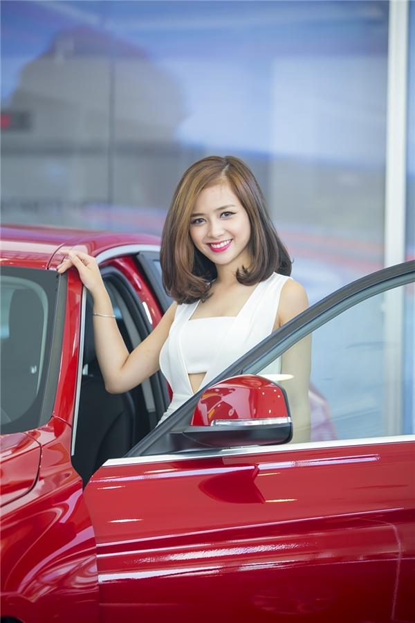 """Dương Hoàng Yến bày tỏ niềm hạnh phúc: """"Với chiếc xế hộp mới này tôi sẽ thuận tiện hơn trong việc chạy show và tham gia các sự kiện""""."""
