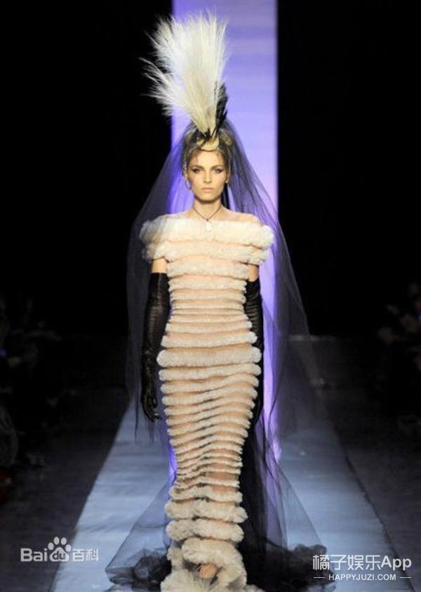 Andrej bất ngờ xuất hiện với vai trò người mẫu chính trong bộ sưu tập thời trang cưới xuân hè của nhà thiết kế Jean Paul Gaultier.