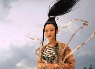 Người xem có lẽ sẽ phì cười với mái tóc ngộ nghĩnh dựng đứng được cột bằng vòng kim cô bay lơ lửng của diễn viên Trần Hồng trong phim Vô Cực. (Ảnh: Internet)