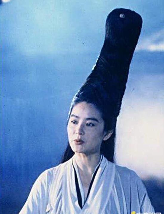 Tạo hình mái tóc của diễn viên Lâm Thanh Hà khiến người xem mỏi cổ. (Ảnh: Internet)