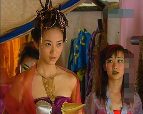 Không chỉ tạo hình mái tóc mà thậm chí cả trang phục của nữ diễn diên cũng khiến người xem khó hiểu. (Ảnh: Internet)