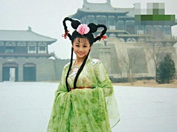Diễn viên Tào Dĩnh được một phen dìm tơi tả với tạo hình quả đầu chuột Mickey đính thêm bông hoa ở giữa. (Ảnh: Internet)