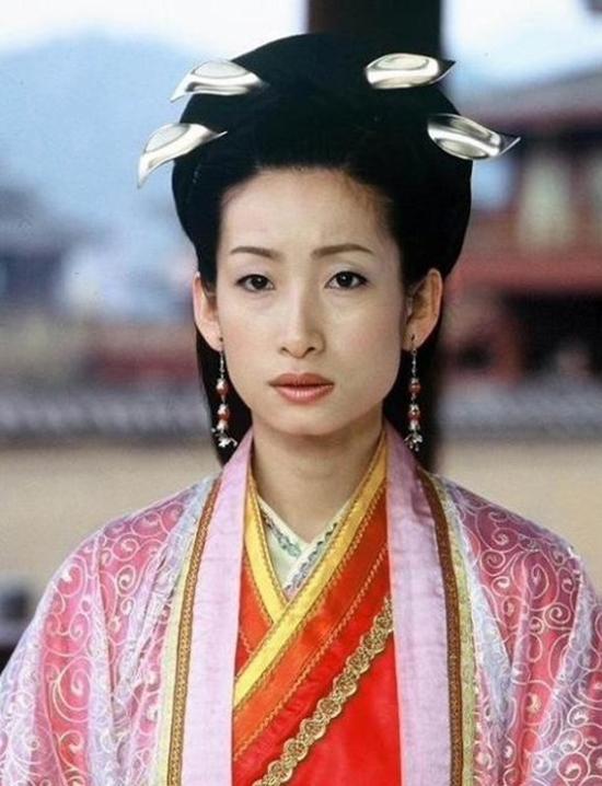 Có lẽ phụ kiện đính lên tóc của nữ diễn viên Tần Hải Lộ được tận dụng từ những chiếc muỗng. (Ảnh: Internet)