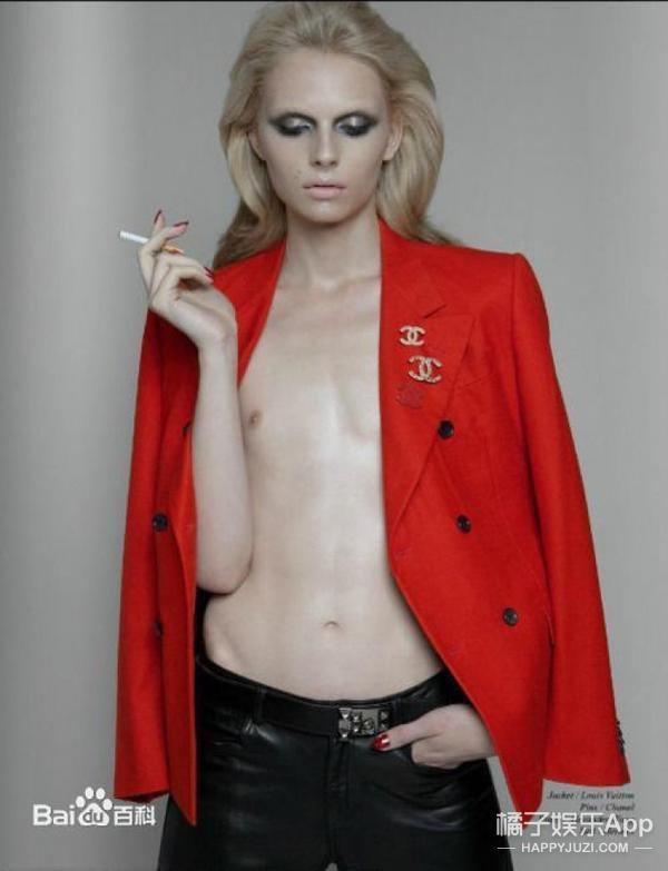 Ngũ quan và khung xương của anh chàng phù hợp với phong cách nữ tính hơn.