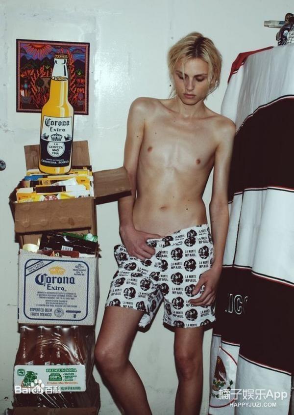 Andrejlàm việcđan xen với cả phong cách thời trang nam và nữ.