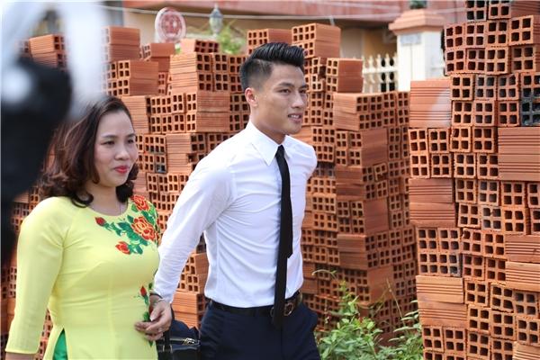 Mạc Hồng Quân bảnh bao diện vest cùng bố mẹ sang nhà Kỳ Hân - Tin sao Viet - Tin tuc sao Viet - Scandal sao Viet - Tin tuc cua Sao - Tin cua Sao
