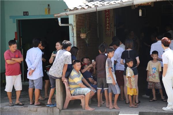 Sự xuất hiện của nam cầu thủ điển trai thu hút sự quan tâm của đông đảo người dân tại đây. Bố Mạc Hồng Quân lấy nắp đậy mâm quả chuẩn bị vào nhà Kỳ Hân - Tin sao Viet - Tin tuc sao Viet - Scandal sao Viet - Tin tuc cua Sao - Tin cua Sao