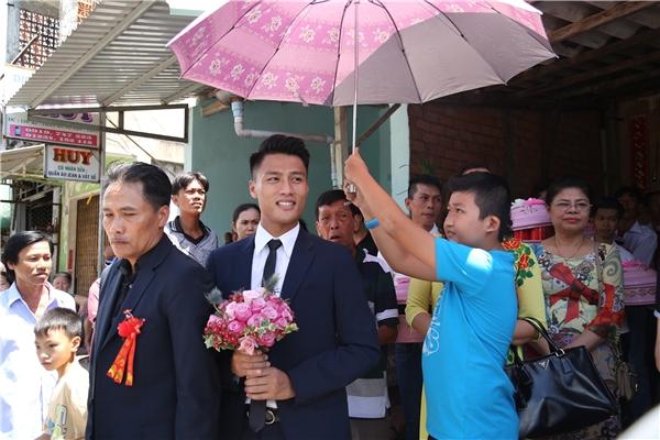 Đúng 11h15, Mạc Hồng Quân cùng bố mẹ bước vào nhà cô dâu để làm lễ ăn hỏi. - Tin sao Viet - Tin tuc sao Viet - Scandal sao Viet - Tin tuc cua Sao - Tin cua Sao