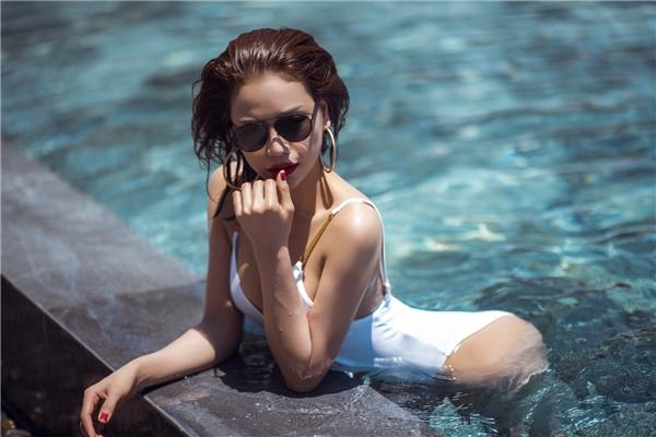 Được biết, những bộ bikini này đượcTrà Ngọc Hằng chọn lựa từ chính shop thời trang của cô, theo xu hướng gần gũi với cuộc sống mà vẫn khoetrọn vẹn vẻ đẹpbavòng bốc lửa.