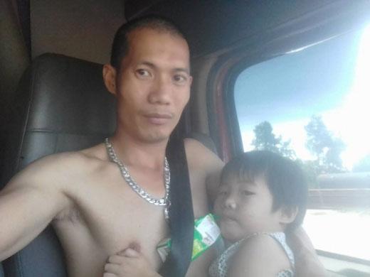 Anh Chung đang cho con gái 'bú sữa', hình ảnh đã gây xúc động đến bao trái tim.