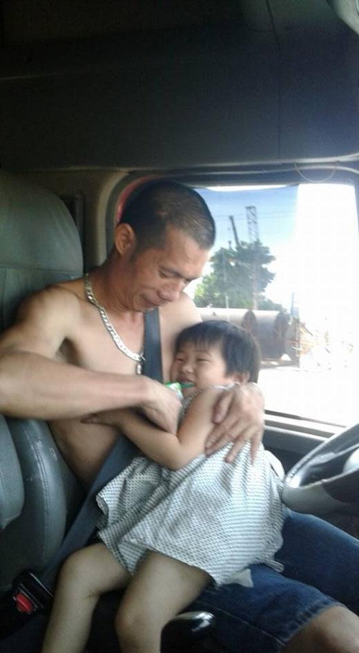 Trong lúc bố đang mải mê cho em 'bú tí' thì anh con trai lớn đã tự nguyện làm phó nháy.