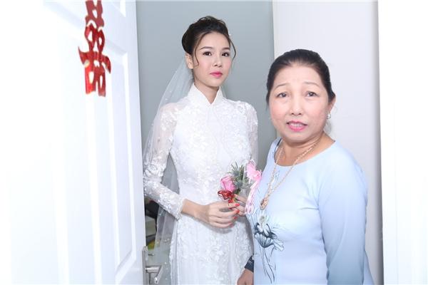 Mẹ Kỳ Hân nắm tay dắt con gái ra ngoài phòng khách. - Tin sao Viet - Tin tuc sao Viet - Scandal sao Viet - Tin tuc cua Sao - Tin cua Sao