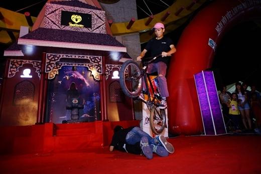 Từ phía cánh gà sân khấu, các nghệ sĩ biểu diễn xe đạp BMX xuất hiện ấn tượng, khuấy động chương trình với các cú nhào lộn ngoạn mục.